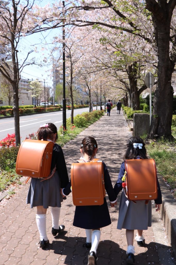 ランドセルを背負って入学式に向かう子供たち