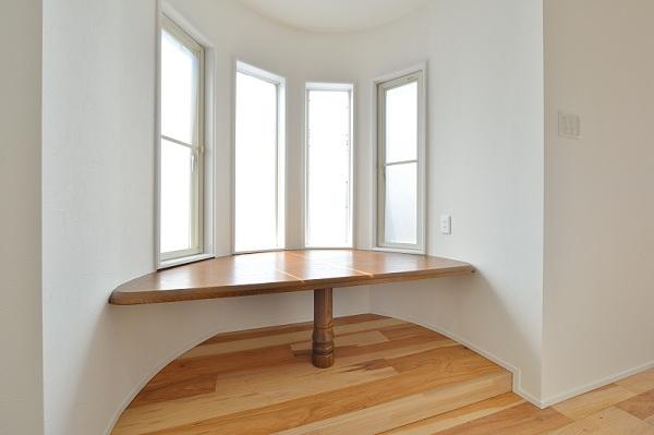 テーブルをカウンターにして再利用した窓辺