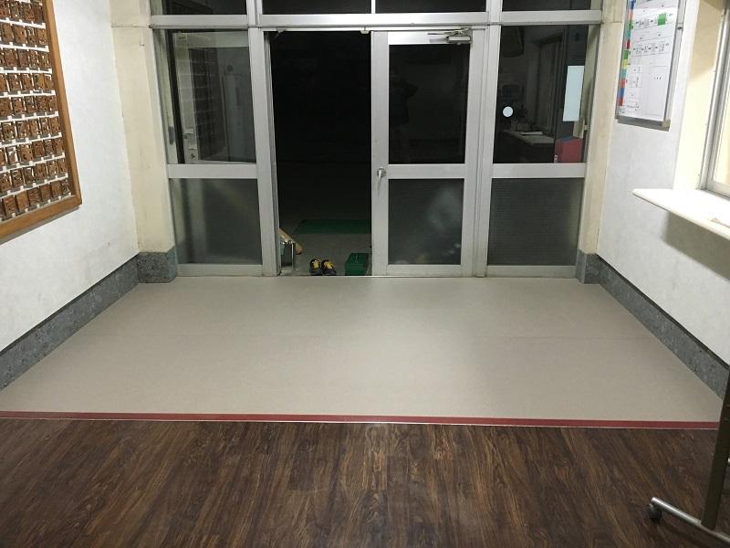 某小学校昇降口床