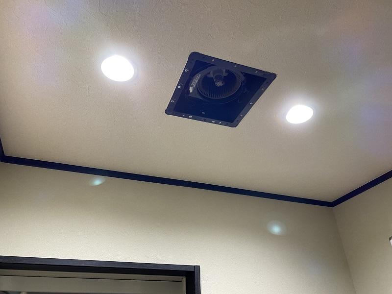 換気扇の掃除のためにカバーを取り外した写真